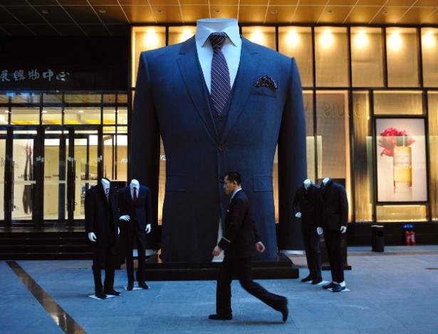 13.nov.2012 - Uma empresa de roupas fez um terno de 6,5 metros de altura e o expôs em um shopping na cidade chinesa de Shenyang, na província de Liaoning, para concorrer à vaga de maior terno do mundo no Livro dos Recordes. A roupa demorou três meses para ficar pronta