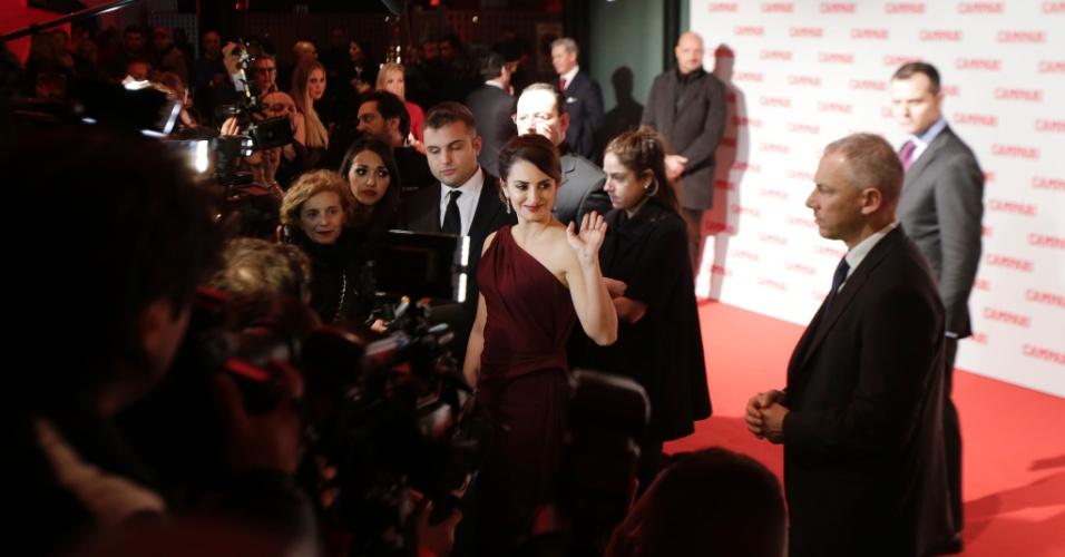 A atriz espanhola Penélope Cruz prestigiou o lançamento do calendário Campari, do qual é a garota propaganda, em Milão, Itália (13/11/12)