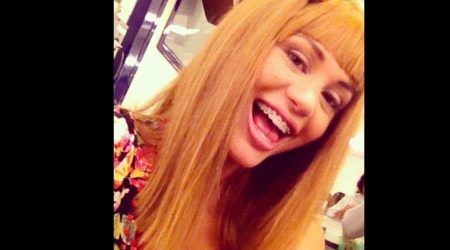 """A atriz Maria Melilo divulgou uma imagem onde aparece usando peruca loira e aparelho dentário (13/11/12). A transformação faz parte da nova temporada do """"Casseta & Planeta, Vai Fundo"""""""