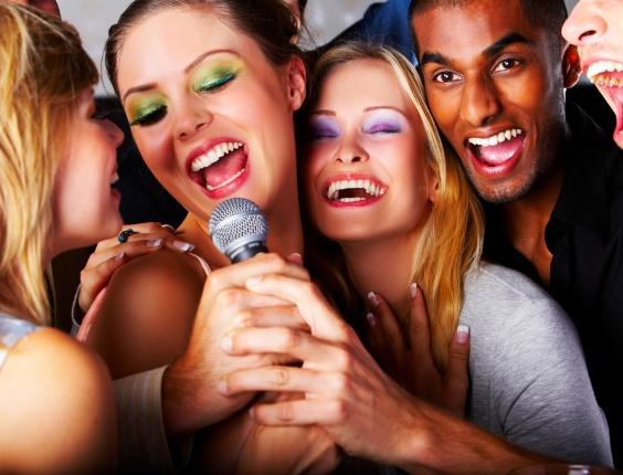 amigos cantando, jovens cantando, karaokê