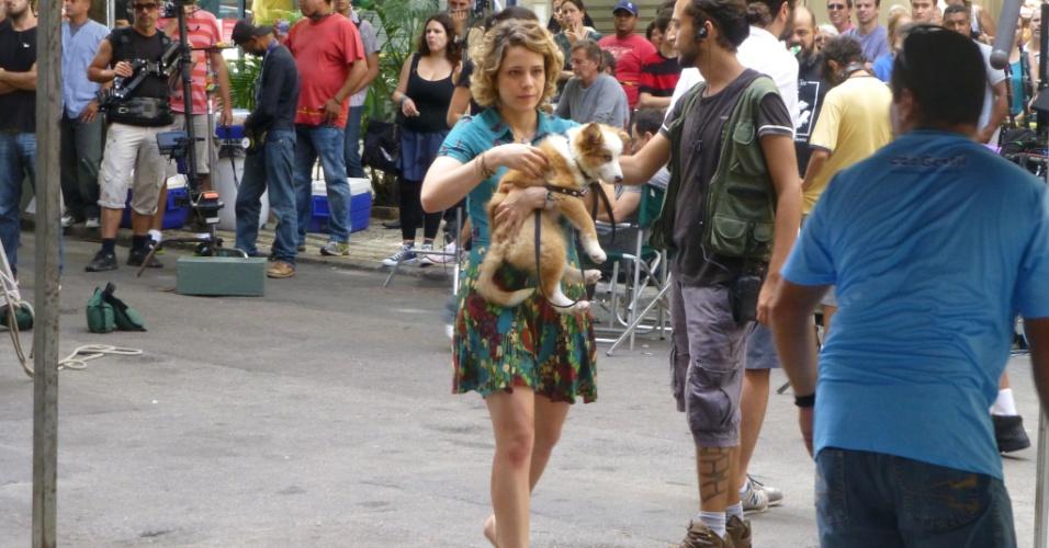 Leandra Leal segura cão durante as gravações de