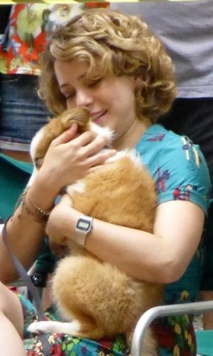 Leandra Leal segura cão durante o intervalo das gravações de