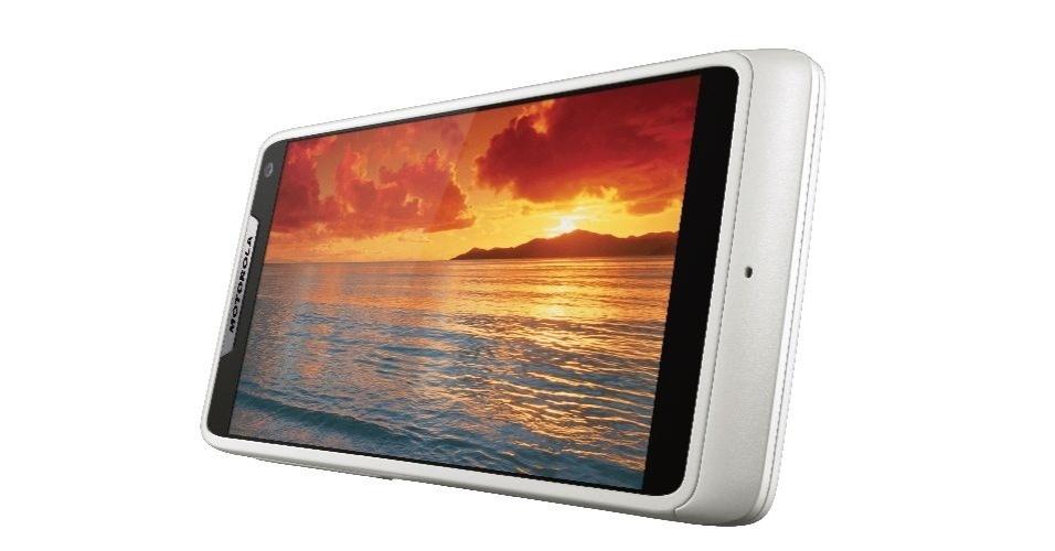 O smartphone Motorola Razr i tem tela de 4,3 polegadas, processador Intel de 2 Ghz, Memória RAM de 1 GB,   câmera traseira de 8 megapixels e preço sugerido de R$1.300. O aparelho tem como pontos negativos uma interface padrão ruim e a bateria, que não pode ser removida