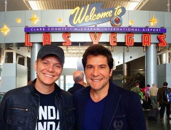 """Os sertanejos Michel Teló e Daniel posam para foto após voarem juntos para Las Vegas. """"Acabei de chegar em Vegas!! Olha quem estava no mesmo voo"""", escreveu Teló em seu perfil no Instagram (13/11/12)"""