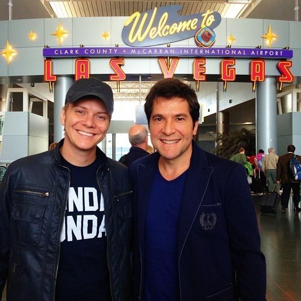 Os sertanejos Michel Teló e Daniel posam para foto após voarem juntos para Las Vegas.