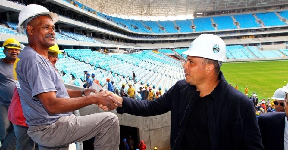 Ronaldo cumprimenta operário da obra da Arena do Grêmio (13/11/12)