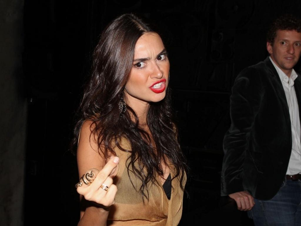Thaila Ayala faz gesto obsceno a jornalista que perguntou sobre seu casamento com Paulo Vilhena durante o evento (13/11/12)