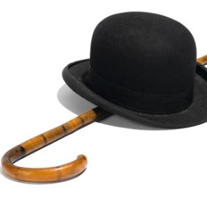 """Um dos famosos conjuntos de chapéu-coco e bengala usados pelo ator Charles Chaplin será leiloado  - Bonham""""s/Reuters"""