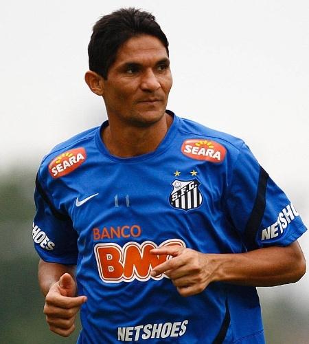 Zagueiro Durval corre durante treino do Santos no CT Rei Pelé