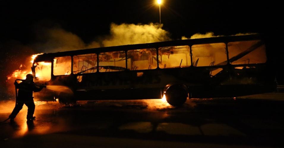 14.nov.2012 - Bandidos atearam fogo em um ônibus, em Canasvieiras, bairro de Florianópolis