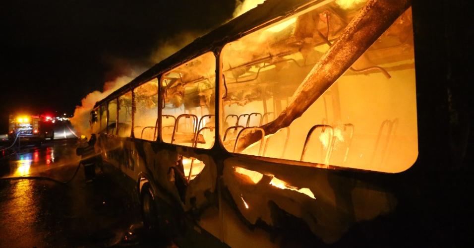 12.nov.2012 - Bandidos atearam fogo em um ônibus, em Canasvieiras, bairro de Florianópolis