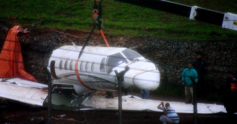 13.nov.2012 - Um avião de pequeno porte, que se acidentou na tarde do domingo (11) no aeroporto de Congonhas, na zona sul de São Paulo (SP), começou a ser desmontado e removido do local