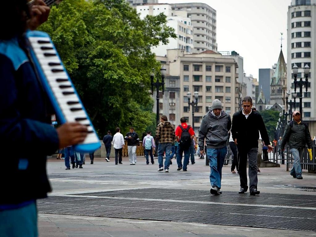 14.nov.2012 - A quarta-feira (14) em São Paulo foi de céu encoberto e chuvisco fraco, a temperatura mínima na cidade ficou em 14º e fez com que as pessoas andassem mais agasalhadas na região central