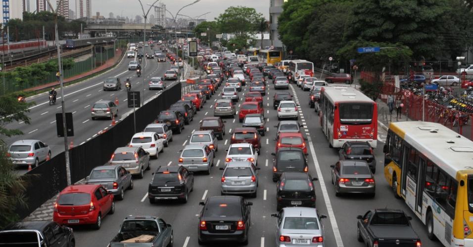 14.nov.2012 - Motorista enfrentam trânsito na avenida Radial Leste, sentido bairro, na região do Tatuapé, na zona leste da capital paulista, nesta quarta-feira, véspera de feriado prolongado
