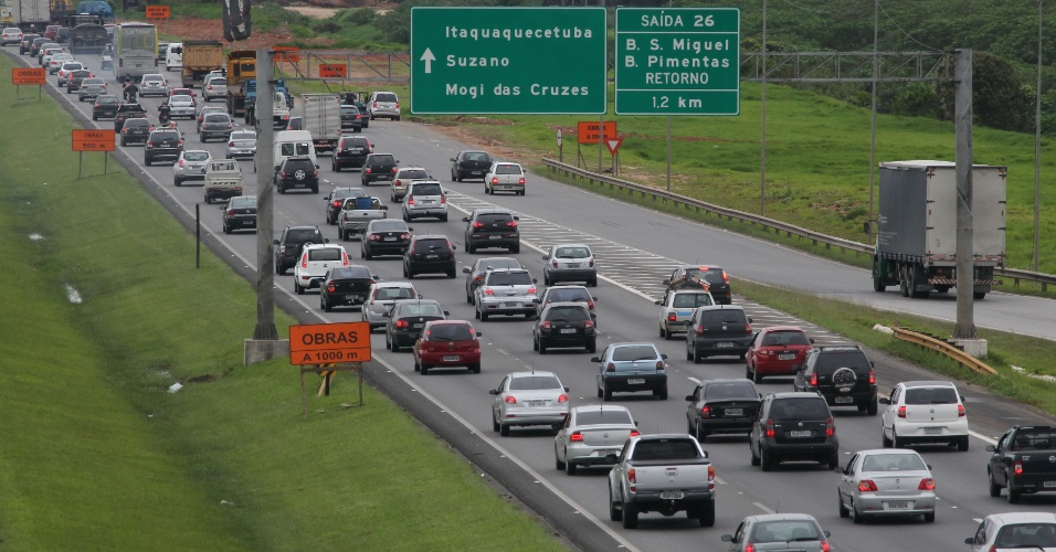 14.nov.2012 - Motoristas enfrentam congestionamento na rodovia Ayrton Senna, sentido Rio de Janeiro, na tarde desta quarta-feira (14), véspera do feriado prolongado