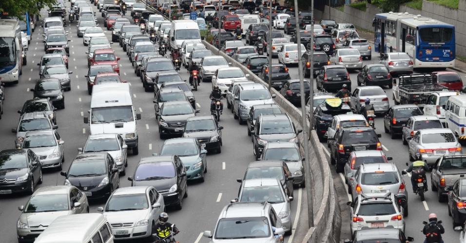 14.nov.2012 - Motoristas enfrentam trânsito intenso na avenida 23 de Maio, altura do Paraíso, na região central de São Paulo, no fim da tarde desta quarta-feira (14), véspera de feriado prolongado