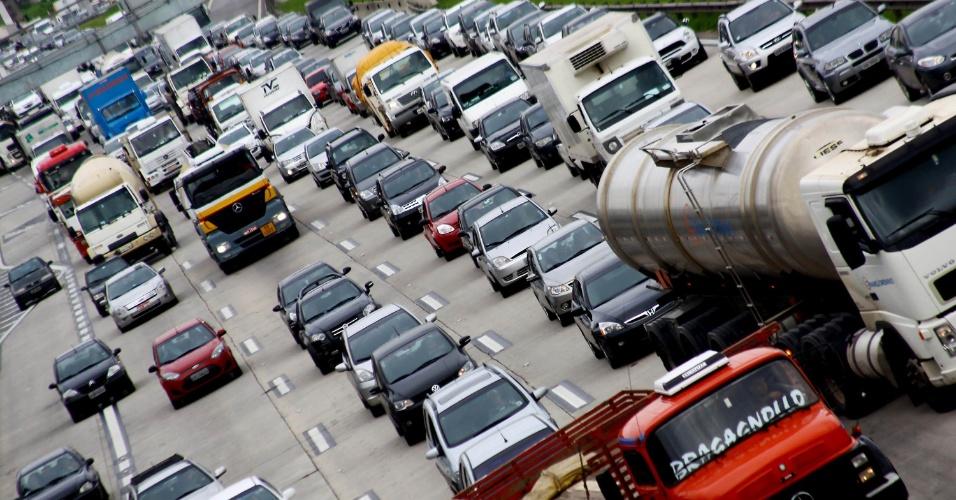 14.nov.2012 - Motoristas enfrentam trânsito intenso na rodovia Castelo Branco, altura do km 19, em Osasco (SP), nesta quarta-feira (14), devido à véspera de feriado prolongado