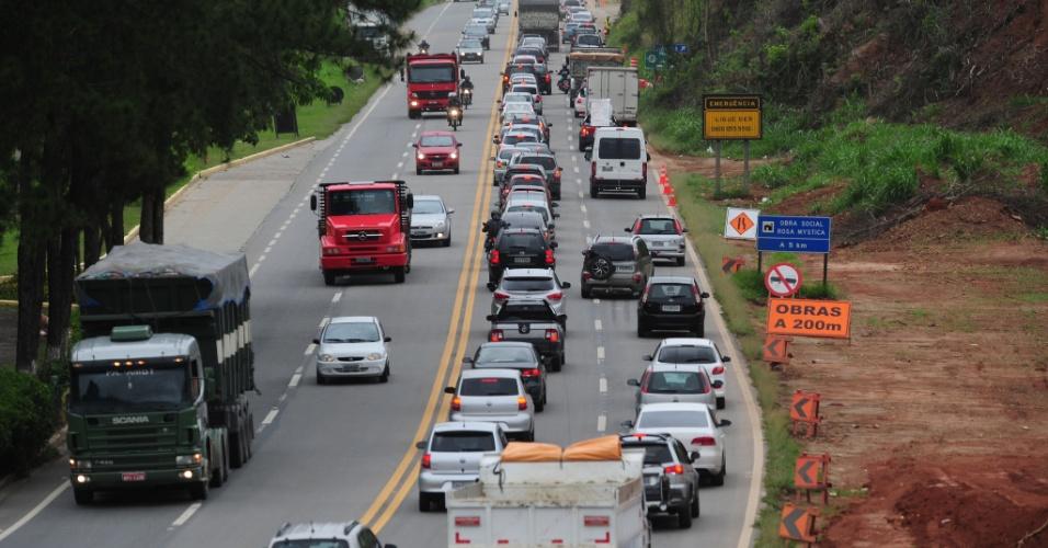 14.nov.2012 - Motoristas enfrentam trânsito intenso na rodovia Tamoios, altura do km 13, em São José dos Campos (SP), divisa com a cidade de Jacareí, na véspera de feriado prolongado