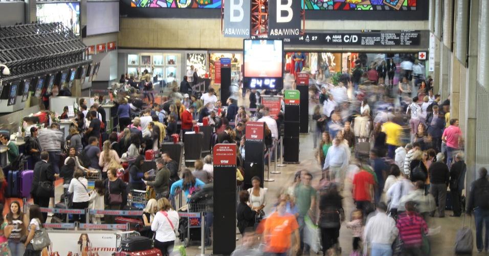 14.nov.2012 - Movimentação de passageiros no saguão do aeroporto Internacional de Cumbica, em Guarulhos, na Grande São Paulo, nesta quarta-feira (14), véspera de feriado prolongado