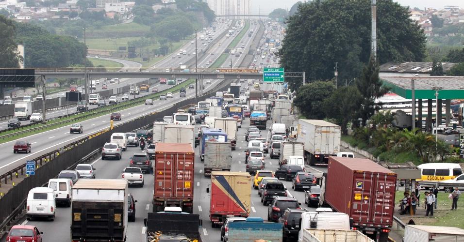 14.nov.2012 - Movimentação de veículos é intensa na rodovia Presidente Dutra, próximo à Guarulhos (SP) , na saída de São Paulo para o feriado prolongado