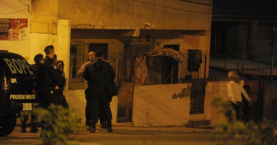 14.nov.2012 - No morro da Caixa, em Florianópolis, Bope faz vigia na entrada da comunidade onde contêineres foram incendiados na noite de terça-feira (13)