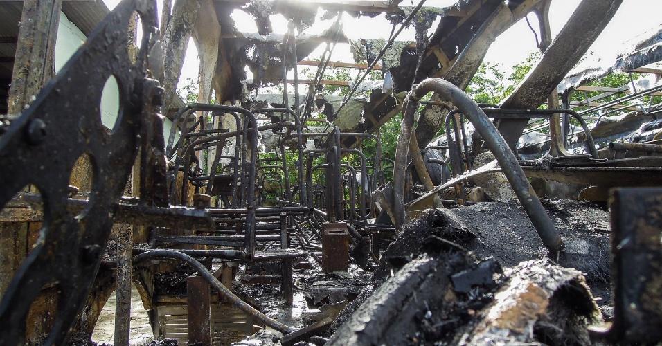 14.nov.2012 - Ônibus da empresa Canasvieiras incendiado no bairro dos Ingleses, em Florianópolis, na noite de terça-feira (13) em Florianópolis, no bairro dos Ingleses