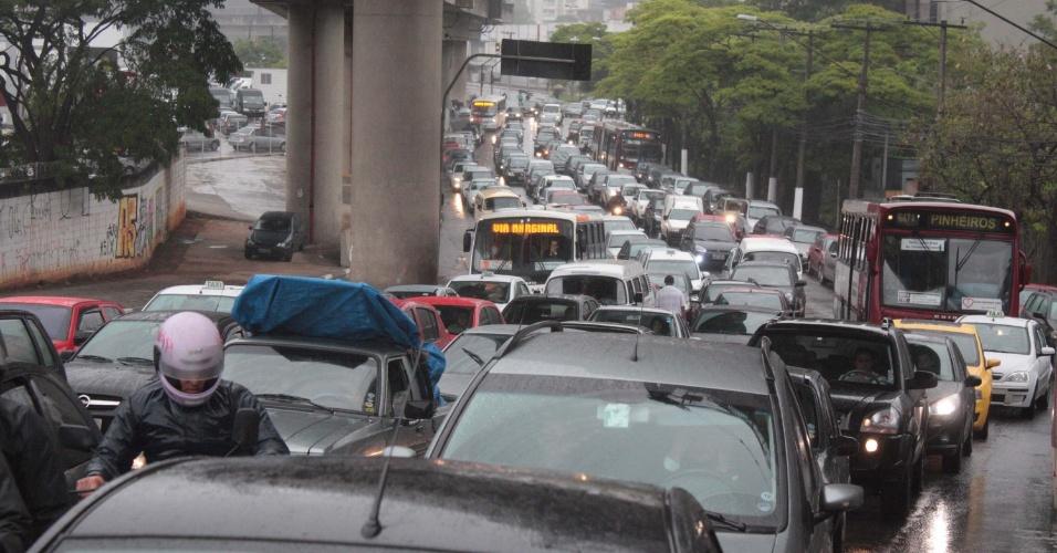 14.nov.2012 - Paulistas enfrentam trânsito e chuva na manhã desta quarta-feira (14) na avenida Giovanni Gronchi, zona sul de São Paulo (SP)
