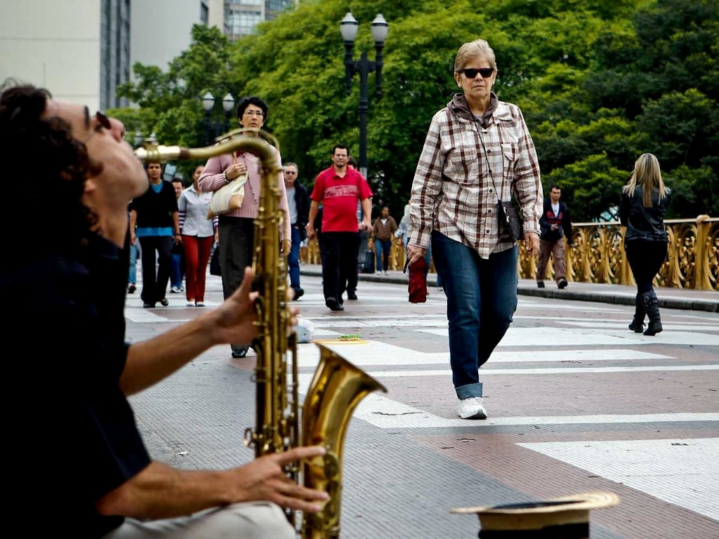 14.nov.2012 - Pessoas caminham no frio ao som de músico, no viaduto Santa Efigênia, no centro de São Paulo