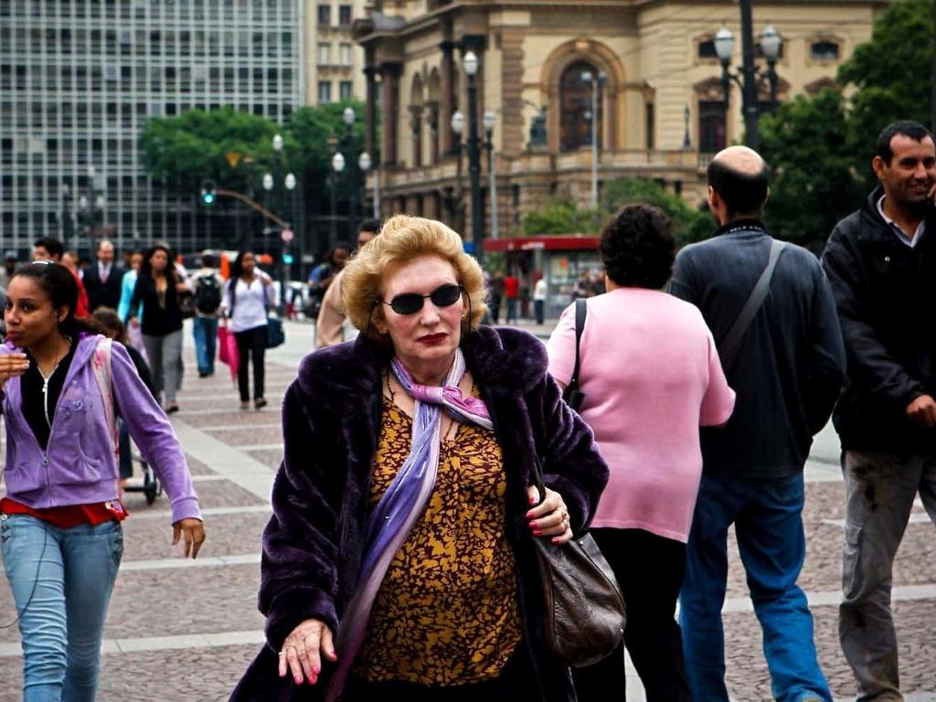 14.nov.2012 - Pessoas caminham no Viaduto do Chá, que completou 120 anos na terça-feira (6), no centro de São Paulo