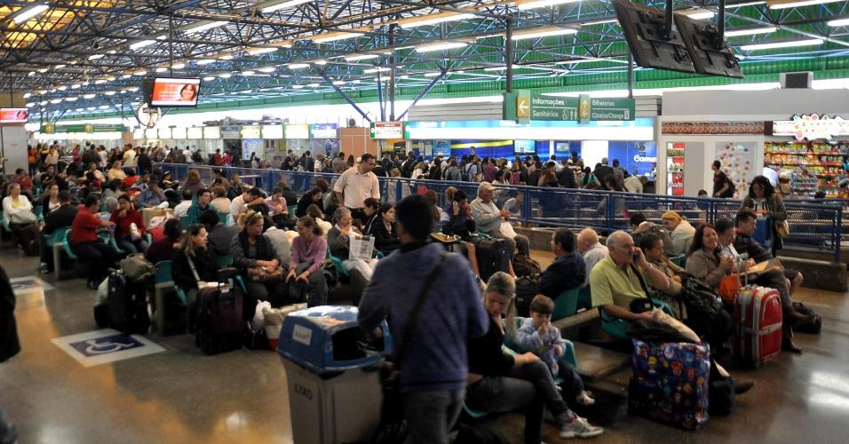 14.nov.2012 - Rodoviária da Barra Funda, em São Paulo, tem grande movimentação na véspera do feriado prolongado