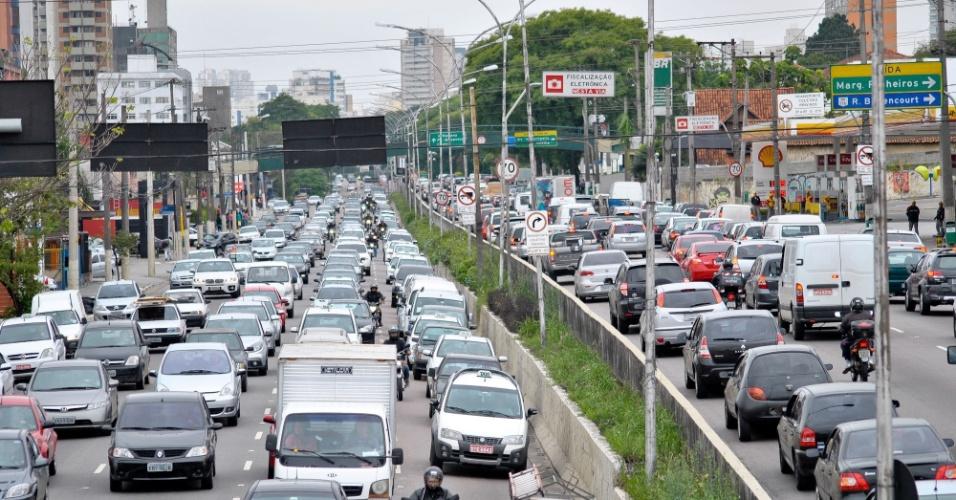 14.nov.2012 - Trânsito fica carregado no corredor norte-sul na altura da avenida Washigton Luis, na região do aeroporto de Congonhas, zona sul de São Paulo, nesta quarta-feira (14), véspera de feriado prolongado