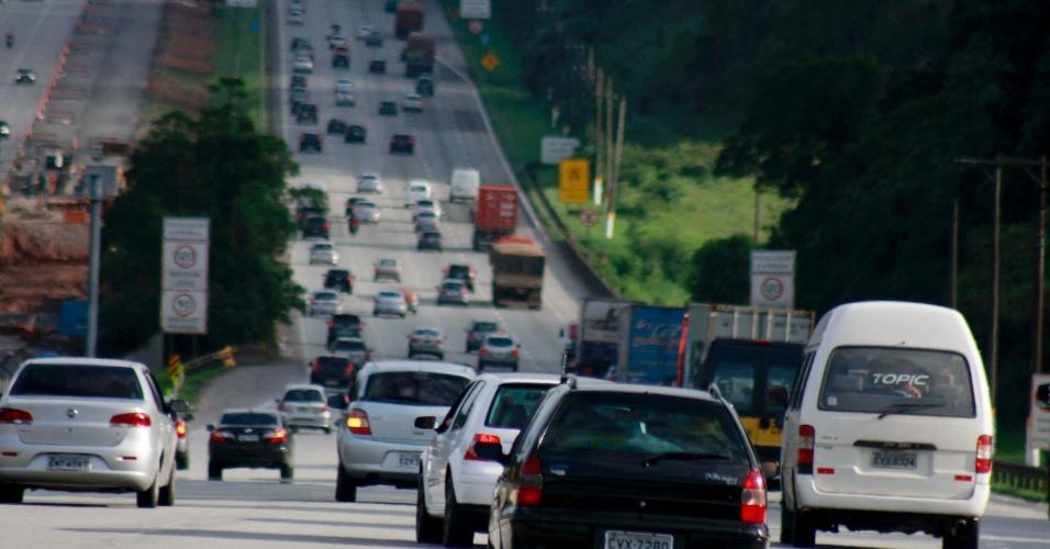 14.nov.2012 - Trânsito fica intenso na rodovia dos Imigrantes, sentido Santos (SP), na altura do segundo posto da Ecovias, devido a véspera de feriado prolongado, em São Paulo (SP)