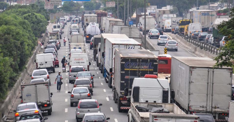 14.nov.2012 - Trânsito intenso nesta quarta-feira(14), véspera de feriado prolongado, na marginal Tietê, na altura da ponte da Freguesia do Ó, em São Paulo (SP)
