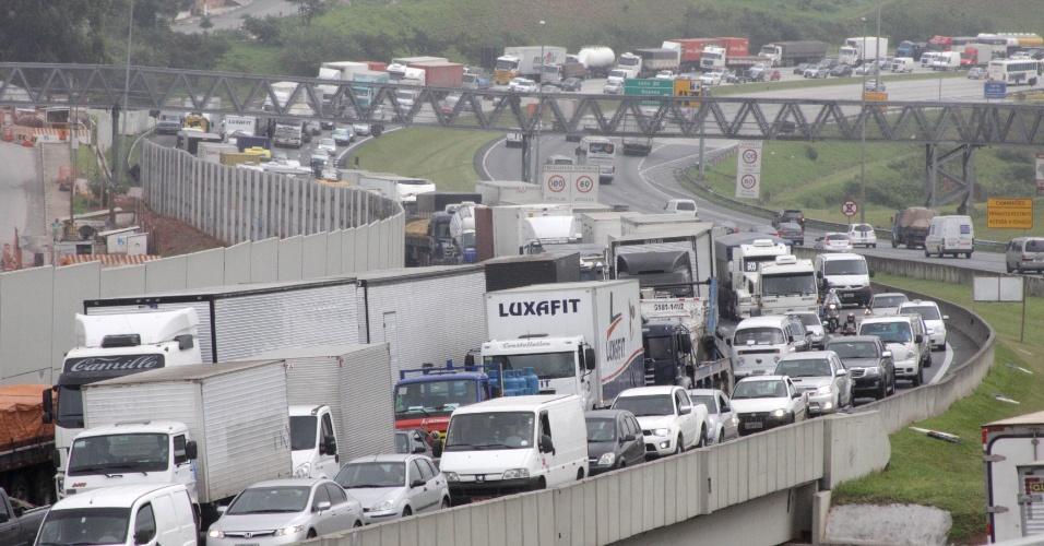 14.nov.2012 - Trânsito intenso nesta quarta-feira(14), véspera de feriado prolongado, no rodoanel Oeste, altura do km 19, em Osasco (Grande São Paulo)