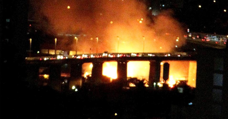 14.nov.2012 - Um incêndio atingiu uma favela na zona leste de São Paulo na noite desta quarta-feira (14). Segundo o Corpo de Bombeiros, o fogo começou na Rua Guaiauna, no bairro da Penha