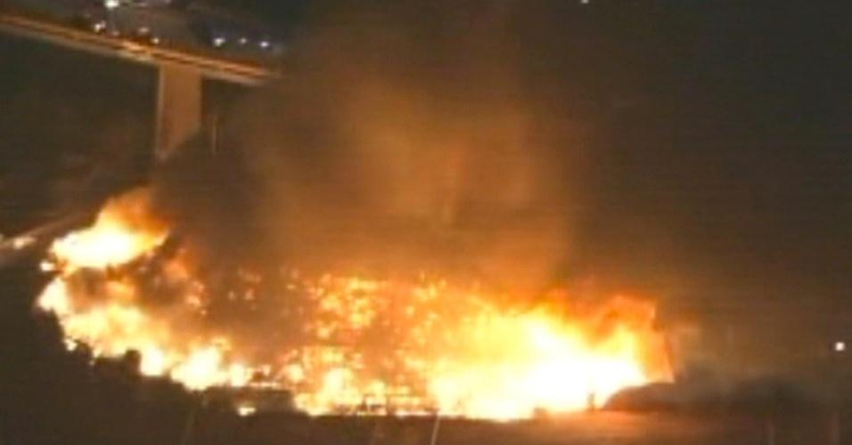 14.nov.2012 - Um incêndio atingiu uma favela na zona leste de São Paulo na noite desta quarta-feira (14). Segundo o Corpo de Bombeiros, o fogo começou na Rua Guaiauna, no bairro da Penha. Não há informações sobre feridos