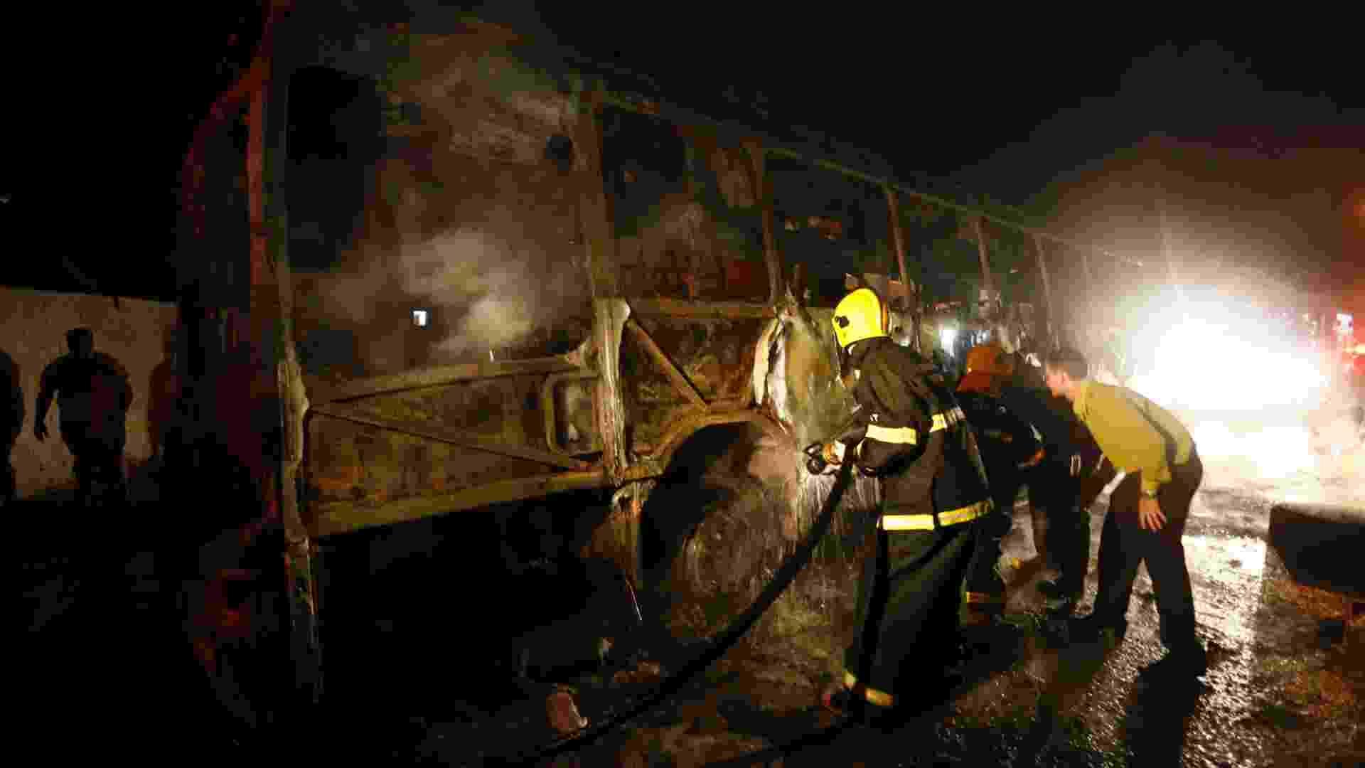 14.nov.2012 - Um ônibus foi incendiado na noite desta quarta (14), na praia dos Ingleses, na região norte de Florianópolis. As companhias de ônibus Canasvieiras, Insular, Emflotur e Transol cancelaram os serviços ao norte da ilha - Cristiano Estrela/Agencia RBS