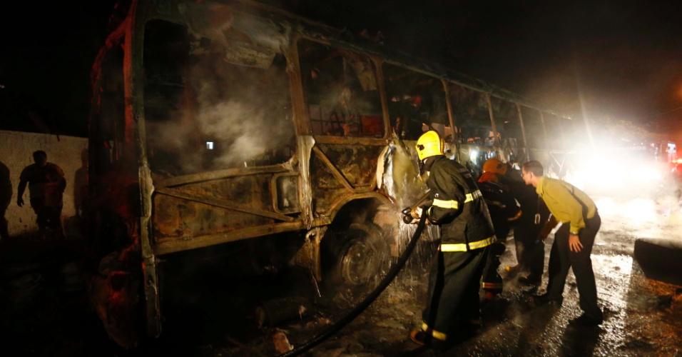 14.nov.2012 - Um ônibus foi incendiado na noite desta quarta (14), na praia dos Ingleses, na região norte de Florianópolis. As companhias de ônibus Canasvieiras, Insular, Emflotur e Transol cancelaram os serviços ao norte da ilha