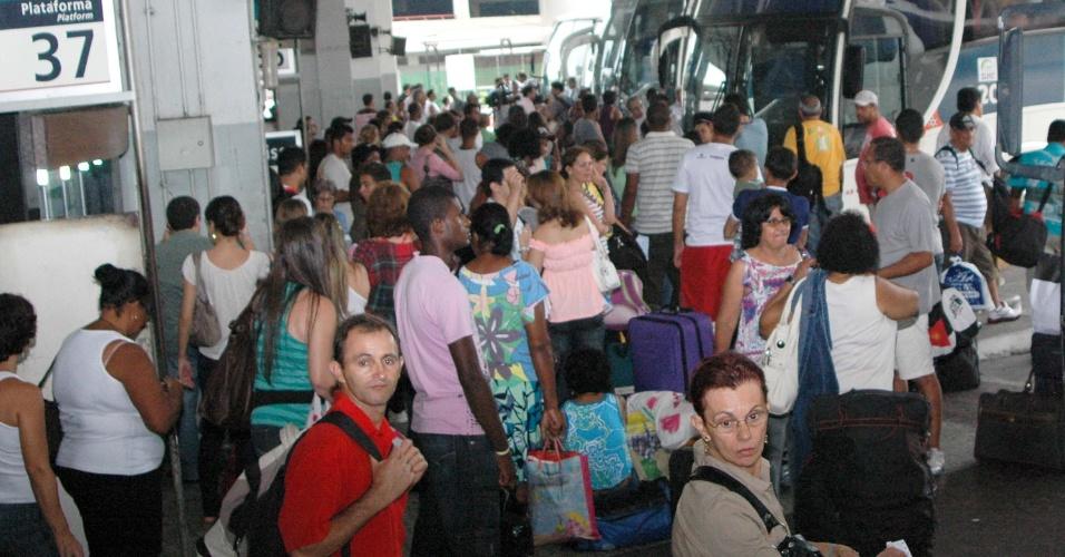 14.nov.2012 -Movimentação na rodoviária Novo Rio, no Rio de Janeiro, na manhã desta quarta-feira (14), véspera de feriado prolongado da Proclamação da República. A concessionária estima que passarão pelo terminal 300 mil passageiros durante o feriado
