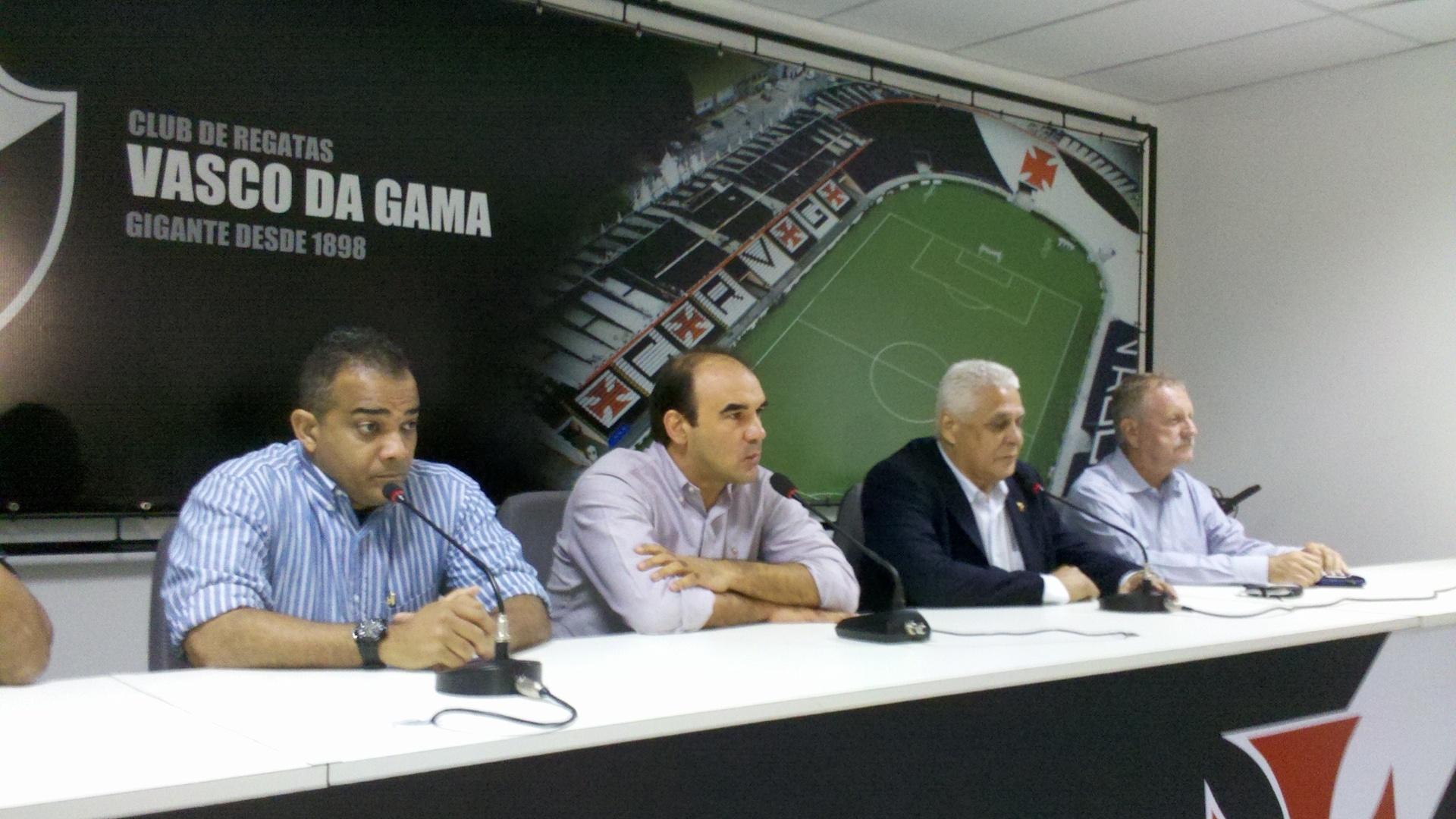 Ao lado do presidente Roberto Dinamite, Ricardo Gomes é apresentado como diretor técnico do Vasco