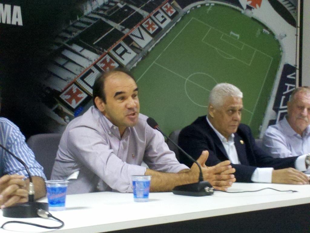 Com fala pausada e exibindo alguns reflexos do AVC sofrido em agosto do ano passado, Ricardo Gomes foi apresentado como diretor técnico do Vasco