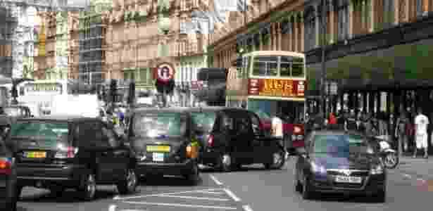 Congestionamento em Brompton Road na área central de Londres, Inglaterra, cidade que adotou o pedágio urbano em 2003 - Stephen McKay/Creative Commons