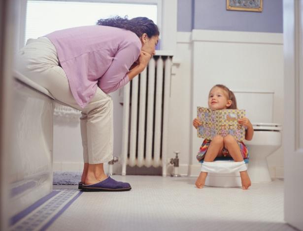 Ver os pais ou os irmãos mais velhos usando o banheiro ajuda a criança no aprendizado - Thinkstock