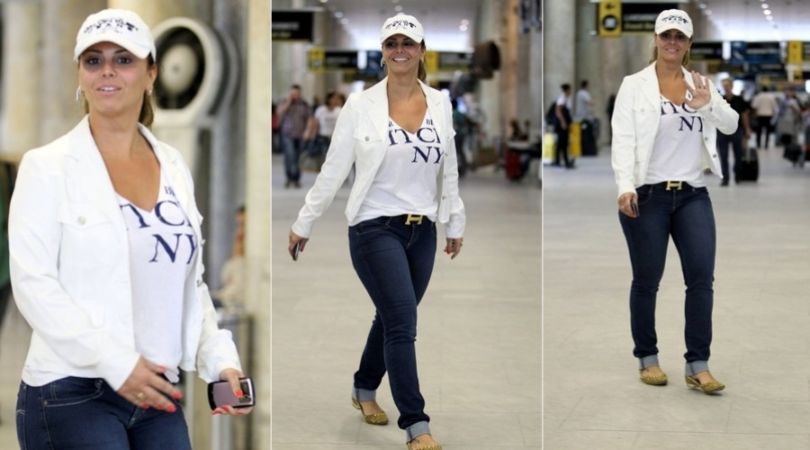 De boné, Viviane Araújo circulou por um aeroporto do Rio (14/11/12). Simpática, a modelo e atriz acenou ao perceber a presença do paparazzo