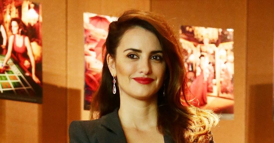 De tailler cinza, Penélope Cruz conversou com jornalistas no lançamento do calendário Campari na noite desta terça em Milão (13/11/2012)