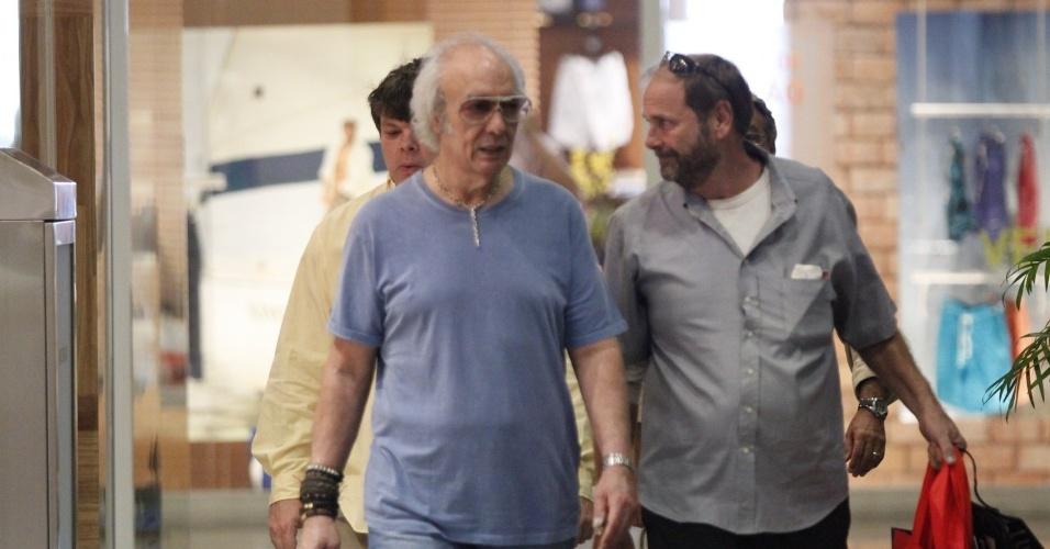 Erasmo Carlos faz compras com amigo em shopping na Barra da Tijuca, no Rio de Janeiro (14/11/12)