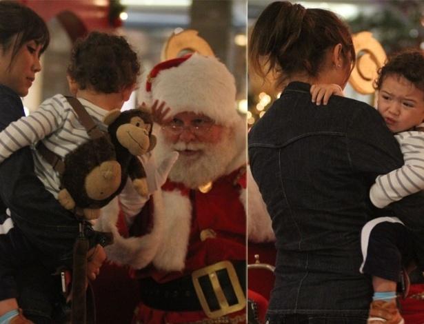 Filho de Daniele Suzuki se assusta com Papai Noel em shopping do Rio de Janeiro (14/11/12)