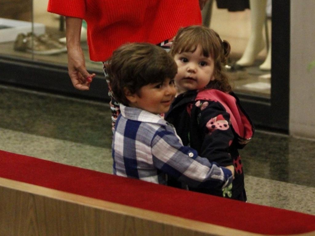 Juliana Paes leva o filho Pedro para brincar em shopping e Pedro é abraçado por amiguinha (13/11/12)