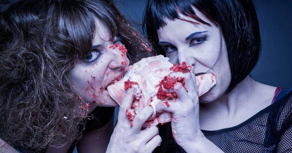 Modelos comem bolo de... carne humana!