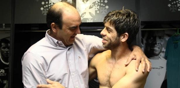 Ricardo Gomes abraça Juninho Pernambucano no vestiário; novo diretor conversou com jogadores e